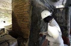 A restorer works inside the Domus Aurea (House of Gold) complex in Rome, October 24, 2014.  REUTERS/Stefano Rellandini