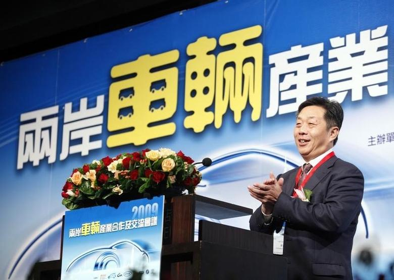 Dong Yang, Secretary General of the China Association of Automobile Manufacturers, claps while speaking at the cross strait automobile conference in Taipei November 24, 2009.   REUTERS/Nicky Loh