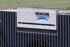 Logo de Telecom Argentina en sus oficinas en Buenos Aires, 14 nov, 2013. Telecom Italia informó el sábado que mantendría temporalmente el control de Telecom Argentina y que recibiría 215,7 millones de dólares para fines de octubre, como parte de un acuerdo revisado para vender su unidad argentina al fondo estadounidense Fintech. REUTERS/Enrique Marcarian