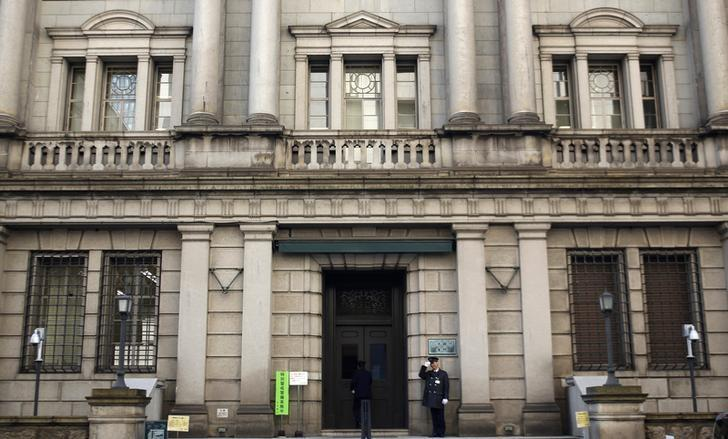 A security guard salutes at the entrance of the Bank of Japan building in Tokyo January 22, 2014. REUTERS/Yuya Shino