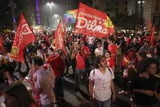 Eleitores da presidente Dilma Rousseff comemoram vitória na eleição deste domingo na Avenida Paulista, em São Paulo. 26/10/2014 REUTERS/Nacho Doce