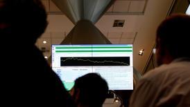 Visitantes observam monitores na BM&FBovespa, em São Paulo, em agosto de 2011. 10/08/2011 REUTERS/Paulo Whitaker