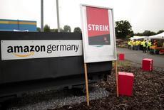 """Una pancarta de Verdi que dice """"huelga"""" frente al logo de Amazon Alemania en el centro de distribución en Werne. Imagen de archivo, 24 septiembre, 2014.  El sindicato laboral Verdi llamó a huelga a los trabajadores de la minorista en línea Amazon en cinco lugares de Alemania, alargando una disputa por salarios y condiciones laborales.  REUTERS/Ina Fassbender"""