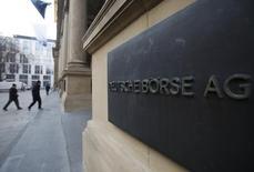 Deutsche Börse a publié lundi un bénéfice opérationnel multiplié par plus de deux au troisième trimestre, à 232,5 millions d'euros, soutenu par une augmentation des volumes d'échanges. /Photo d'archives/REUTERS/Alex Domanski