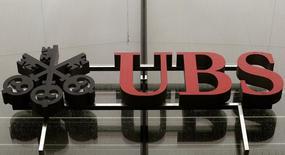 El logo del banco suizo UBS cubierto con gotas de lluvia en una de sus oficinas en Zurich. Imagen de archivo, 29 julio, 2014.  El banco suizo UBS anotó 1.800 millones de francos suizos (1.900 millones de dólares) en provisiones legales en el tercer trimestre, aumentando así sus reservas mientras negocia un acuerdo extrajudicial en Estados Unidos para cerrar una investigación por presunta manipulación de tipos de cambio. REUTERS/Arnd Wiegmann
