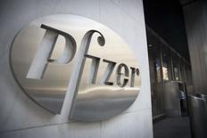 El logo de Pfizer visto en sus oficinas principales en Nueva York. Imagen de archivo, 28 abril, 2014. Pfizer Inc reportó el martes resultados trimestrales mejores de lo esperado, ayudada por el crecimiento en las ventas de sus medicamentos para el cáncer y la demanda de sus fármacos en los mercados emergentes. REUTERS/Andrew Kelly