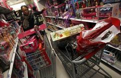 A confiança do consumidor norte-americano subiu em outubro para o maior patamar desde outubro de 2007 com melhora das avaliações do mercado de trabalho, informou o Conference Board. 06/12/2010 REUTERS/Mike Segar