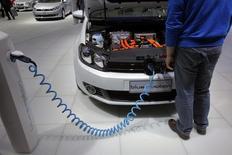 A Volkswagen disse que lançará mais de 20 modelos de carros movidos a bateria na China durante os próximos anos. 20/04/2011 REUTERS/Carlos Barria