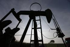 Станок-качалка во Франции 9 сентября 2014 года. Цены на нефть сорта Brent держатся в среду выше отметки в $86 за баррель, пока инвесторы дожидаются вечернего объявления ФРС США о монетарной политике и официальных американских данных о динамике запасов нефти и нефтепродуктов. REUTERS/Vincent Kessler