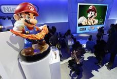 Le géant japonais des jeux vidéo Nintendo annonce un résultat positif sur le trimestre juillet-septembre, qui lui laisse espérer un premier exercice bénéficiaire depuis quatre ans. /Photo d'archives/REUTERS/Kevork Djansezian