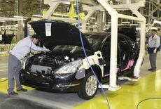 Nissan Teana на заводе в Санкт-Петербурге 2 июня 2009 года. Резкое падение курса российского рубля относительно европейских валют, вероятно, сократило операционную прибыль японского автоконцерна Nissan Motor Co примерно на 6 миллиардов иен ($55,5 миллиона), или 4 процента, в третьем квартале. REUTERS/Alexander Demianchuk