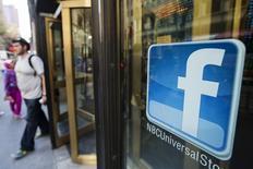 Le titre Facebook figure parmi les valeurs à suivre ce mercredi sur les marchés américains, alors que le réseau social a annoncé mardi s'attendre à un net ralentissement de la croissance de son chiffre d'affaires au quatrième trimestre. /Photo d'archives/REUTERS/Lucas Jackson