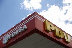 El logo de la venezolana PDVSA vista en una estación gasolinera en Caracas. Imagen de archivo, 29 agosto, 2014.  Venezuela confirmó a última hora del martes que la petrolera estatal PDVSA pagó 3.000 millones de dólares a los tenedores de un bono que venció en la jornada. REUTERS/Carlos Garcia Rawlins