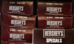 Продукция Hershey's в магазине в Нью-Йорке 18 ноября 2009 года. Hershey Co <HSY.N> сократила годовой прогноз роста прибыли и выручки из-за роста цен на молоко, сильного доллара и слабых продаж на некоторых рынках. REUTERS/Shannon Stapleton