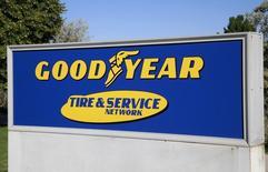 El logo de la compañía Goodyear vista en Westminster, Colorado. Imagen de archivo, 27 agosto, 2013. Goodyear Tire & Rubber Co, la mayor fabricante de neumáticos de Estados Unidos, registró un declive del 3 por ciento en sus ganancias trimestrales debido a una menor producción de vehículos en Latinoamérica, particularmente en Brasil.  REUTERS/Rick Wilking
