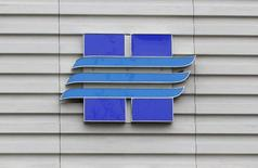 Логотип Новатэка на офисе продаж компании в Москве 16 сентября 2012 года. Новатэк, крупнейший частный производитель газа в России, почти втрое сократил чистую прибыль в третьем квартале 2014 года - до 7,63 миллиарда рублей с 23,5 миллиарда рублей в третьем квартале 2013 года, сообщила компания в среду. REUTERS/Maxim Shemetov