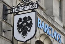 Barclays, qui a vu son bénéfice augmenter au troisième trimestre, a mis en réserve 500 millions de livres (634 millions d'euros) pour régler les amendes éventuelles liées à une manipulation du marché des changes. /Photo prise le 30 octobre 2014/REUTERS/Toby Melville