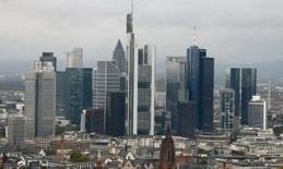 Los rascacielos de un distrito bancario fotografiados en Frankfurt. Imagen de archivo, 21 octubre, 2014. El sentimiento económico de la zona euro mejoró de forma inesperada en octubre, remontando desde niveles casi mínimos anuales en septiembre, en un indicio de que la economía del bloque puede estar mejorando lentamente a finales de año. REUTERS/Ralph Orlowski