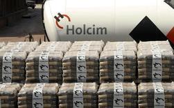 Bolsas de cemento son fotografiadas en la planta de producción de Holcim en Siggenthal. Imagen de archivo, 07 abril, 2014.  Holcim dijo el jueves que había descartado formar una organización conjunta con su rival Cemex en España por cambios en el panorama estratégico de la industria del cemento tras la propuesta de fusión con Lafarge. REUTERS/Arnd Wiegmann