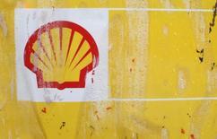 """Логотип Shell на заправке в Лондоне 30 января 2014 года. Квартальная прибыль Royal Dutch Shell выросла почти на треть, превзойдя прогнозы в период, когда крупнейшие нефтяные компании Европы еще не ощутили на себе в полной мере эффекты от снижения цен на """"черное золото"""". REUTERS/Suzanne Plunkett"""