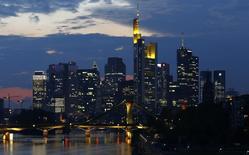 Vista de los rascacielos de Frankfurt. Imagen de archivo, 18 septiembre, 2014. La inflación anual de Alemania, la mayor economía de Europa, se desaceleró al 0,7 por ciento en octubre, su lectura más baja desde mayo, indicaron el jueves datos preliminares de la Oficina Federal de Estadísticas. REUTERS/Kai Pfaffenbach /Files