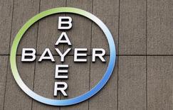 El logo de la farmacéutica alemana Bayer visto en su edificio en Berlín. Imagen de archivo, 28 abril, 2011. El mayor fabricante de medicamentos de Alemania, Bayer, dijo que sus ganancias estructurales subyacentes avanzaron un 1,4 por ciento en el tercer trimestre, superando levemente las expectativas, gracias a las fuertes ventas en su unidad de pesticidas y de la píldora para prevenir infartos Xarelto. REUTERS/Fabrizio Bensch