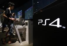 Sony  affiche une perte d'exploitation au deuxième trimestre mais celle-ci est inférieure aux prévisions des analystes, les fortes ventes de sa console de jeux PlayStation 4 ayant compensé en partie l'atonie de sa division smartphones. /Photo d'archives/REUTERS/Yuya Shino