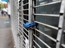 A padlock secures the shutters of a shop in Buenos Aires, September 5, 2014.   REUTERS/Enrique Marcarian