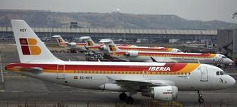 Un avión de pasageros Iberia estacionado en el aeropuerto de Barajas, en Madrid. Imagen de archivo, 28 febrero, 2013.  El holding de aerolíneas IAG reportó el viernes un alza de un 72 por ciento en su resultado operativo a septiembre y mejoró sus estimaciones de ganancias para todo el año, apoyado en un fortalecimiento de la libra y un descenso en el precio del petróleo.  REUTERS/Sergio Perez