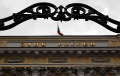 Vista exterior del banco central de Rusia en su sede en Moscú. Imagen de archivo, 13 septiembre, 2013.El banco central de Rusia subió su principal tasa de préstamos en 150 puntos básicos en una reunión de directorio el viernes, citando preocupaciones por una inflación que se mantiene por encima de la meta, los débiles precios del petróleo y un endurecimiento de las sanciones occidentales. REUTERS/Maxim Shemetov