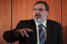 El jefe del Tesoro de Brasil, Arno Augustín, durante una entrevista con Reuters en Brasilia. Imagen de archivo, 12 septiembre, 2014. El jefe del Tesoro de Brasil, Arno Augustin, dijo el viernes que el Gobierno disminuirá su meta fiscal para el 2014, ya que los ingresos cayeron más de lo anticipado.  REUTERS/Ueslei Marcelino