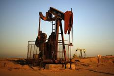Una perforadora de petróleo cerca de Bakersfield. Imagen de archivo, 14 octubre, 2014. REUTERS/Lucy Nicholson