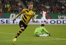 Meia-atacante do Borussia Dortmund Marco Reus comemora gol contra o Augsburg no Campeonato Alemão. 29/09/2014 REUTERS/Michaela Rehle