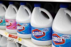 Botellas de Clorox a la venta en una tienda de la cadena Wal-Mart en Rogers, EEUU, jun 4 2009. El fabricante de productos de limpieza, Clorox, reportó el viernes ganancias y ventas trimestrales mejores a lo esperado, gracias a la fuerte demanda de sus productos para el hogar y el aumento de los precios en los mercados internacionales.   REUTERS/Jessica Rinaldi