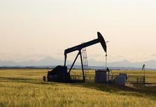 Una unidad de bombeo de crudo en Calgary, jul 21 2014. La Organización de Países Exportadores de Petróleo podría acordar reducir su producción de crudo en un rango de 1 y 1,5 millones de barriles por día en su reunión de noviembre, dijeron el viernes analistas de Societe Generale en una nota de investigación. REUTERS/Todd Korol
