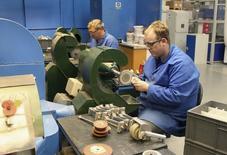 Empleados trabajan en una manufactura en una fábrica en Market Bosworth. Imagen de archivo, 10 octubre, 2012.  La actividad manufacturera de Gran Bretaña creció en octubre a su ritmo más veloz en tres meses, pero la debilidad de la demanda desde la zona euro hizo que las exportaciones registraran su mayor caída desde enero del 2013, mostró un sondeo el lunes. REUTERS/Tom Bergin