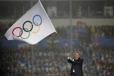 Presidente do COI, Thomas Bach, empunha bandeira olímpica durante cerimônia de encerramento dos Jogos Olímpicos da Juventude em Nanjing. 28/08/2014. REUTERS/Aly Song