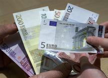 Les données brutes publiées par la Banque de France indiquent que l'encours des crédits aux particuliers a progressé de 2,8% en France en septembre, un rythme en retrait par rapport à celui des mois précédents (3,0%). /Photo d'archives/REUTERS/Vincent Kessler