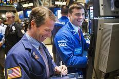 Unos operadores en la bolsa de Wall Street en Nueva York, oct 31 2014. Las acciones estadounidenses operaban estables el lunes tras la apertura, al decidir los inversores tomar una pausa luego del fuerte avance registrado el viernes que llevó al Dow Jones y al S&P 500 a máximos históricos. REUTERS/Lucas Jackson