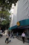 El edificio corporativo de Oi en Río de Janeiro, jul 28 2010. El grupo de telecomunicaciones Altice SA presentó una oferta valorada en 7.030 millones de euros (8.800 millones de dólares) por las operaciones en Portugal de la compañía brasileña Oi, en un momento en que ésta redefine su problemática fusión con Portugal Telecom.    REUTERS/Bruno Domingos