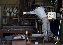 Un trabajador en una planta metalúrgica en Urayasu, Japón, oct 9 2014. La actividad manufacturera global aumentó el mes pasado al mismo ritmo modesto que en septiembre, aunque las fábricas produjeron un superávit de bienes por primera vez en al menos siete años, mostró un reporte el lunes.   REUTERS/Issei Kato
