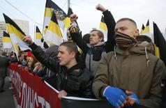 Nacionalistas russos gritam slogans durante passeata em Moscou nesta terça-feira.  REUTERS/Maxim Shemetov