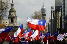 Manifestantes com bandeiras chilenas durante protesto em Santiago. 04/09/2014 REUTERS/Ivan Alvarado