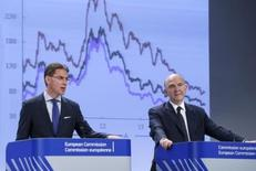 European Commissioner for Jobs, Growth, Investment and Competitiveness Jyrki Katainen (L) and European Commissioner for Economic and Financial Affairs Pierre Moscovici present the EU executive's autumn economic forecasts during a news conference at the EU Commission headquarters in Brussels November 4, 2014. REUTERS/Yves Herman