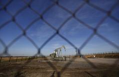 Станок-качалка в Нидерлотербахе 7 мая 2014 года. Цены на нефть снижаются из-за слабых экономических показателей Китая - одного из крупнейших потребителей топлива. REUTERS/Vincent Kessler