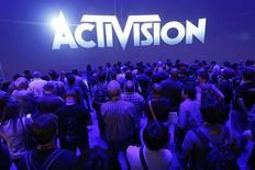 """L'éditeur américain de jeux vidéo Activision Blizzard a relevé mardi ses objectifs annuels après avoir publié des résultats meilleurs que prévu pour le troisième trimestre, portés par un bon niveau de ventes de son jeu """"Destiny"""" et une nette augmentation du nombre d'abonnés à """"World of Warcraft"""".  /Photo prise le 11 juin 2014/REUTERS/Jonathan Alcorn"""