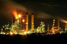Vista nocturna de la refinería de petróleo venezolana de Amuay en Punto Fijo. Imagen de archivo, 18 mayo, 2006. Un apagón detuvo el funcionamiento de la mayor refinería de petróleo de Venezuela el martes por la noche, aunque las autoridades dijeron que el suministro eléctrico ya fue restablecido y las operaciones están siendo reiniciadas gradualmente. Reuters