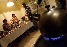 Чайник на газовой плите в квартире близ Львова 6 января 2009 года. Государственная нефтегазовая компания Украины, перечислившей Москве $1,45 миллиарда в счёт долга за газ, призвала сограждан экономить топливо, чтобы реже обращаться за помощью к российскому Газпрому. REUTERS/ Gleb Garanich