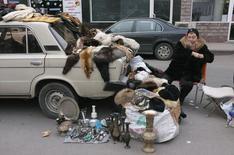 """Уличная торговка в Ереване 17 февраля 2013 года. Евросоюз собирается выдать Армении в ближайшие четыре года до 170 миллионов евро (около $212 миллионов) на реформы в рамках проекта """"Восточное партнёрство"""", призванного усилить влияние Запада в странах бывшего СССР. REUTERS/David Mdzinarishvili"""