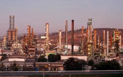 Imagen de archivo de la refinería de petróleos de la estatal Enap en Concón, Chile, mayo 24 2010.  La inflación en Chile habría alcanzado un 0,4 por ciento en octubre debido al impacto de alzas de impuestos específicos y en medio de la volatilidad por los precios de los combustibles, reveló el miércoles un sondeo de Reuters.          REUTERS/Eliseo Fernandez